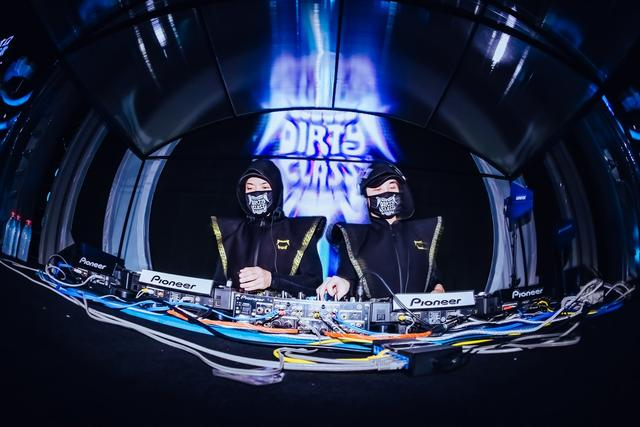 万人狂嗨!DJ组合Dirty Class空降欢乐谷HOHA电音节